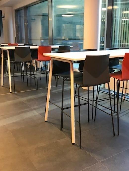Break Out område 3.etasje med egne bord og stoler.