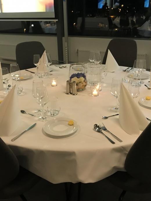 Her har vi pyntet bordene til fest.