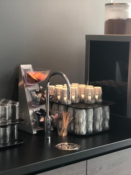 Lobbyen har kaffe, te og vann tilgjengelig hele dagen.